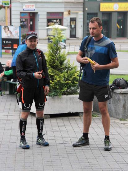 Na startu s Mirkem. Hned je vidět, komu je zima a komu ne. Foto Majka Prokipčáková.