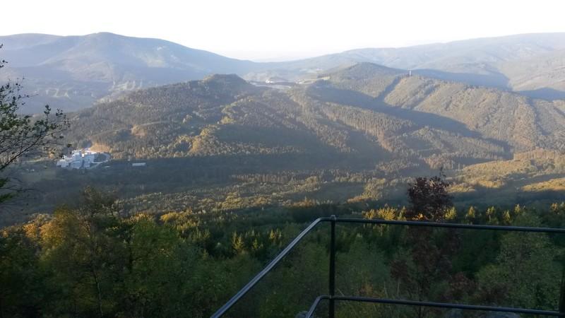 Výhled z Medvědího kamene. Loni se v údolí válela mlha.