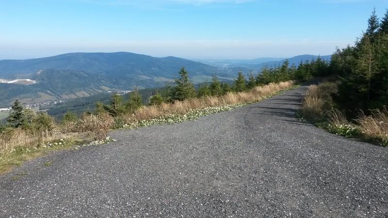 Výhled od Obřích skal. Tam někde dole z údolí jsme ráno startovali.