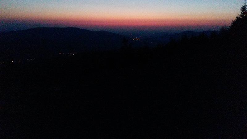 Pohled z Obřích skal. V údolí je ještě tma, na hřebenech už se rozednívá.