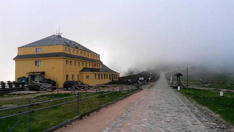 Slezský dům na polské straně Sněžky. Na vrchol ještě asi 200 výškových metrů.