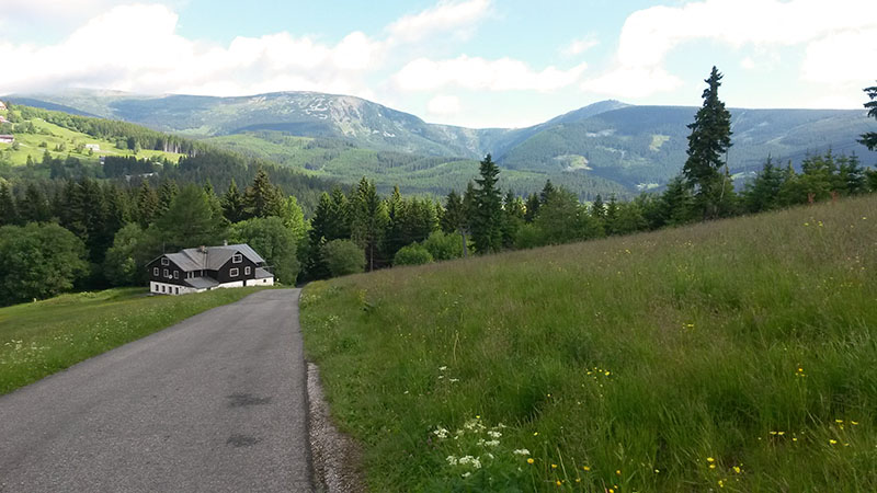 Pohled zpátky z kopce za Pecí (pod Sněžkou).