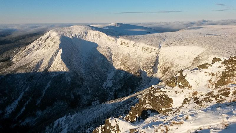 Pohled ze Sněžky na západ na Luční horu.