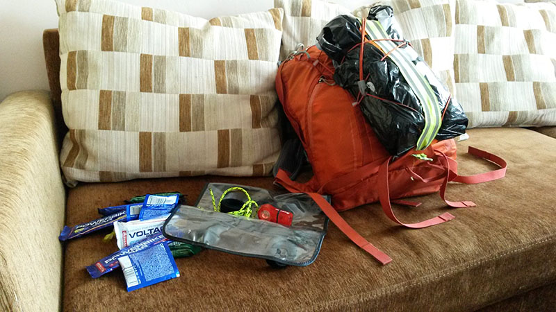 Mám sbaleno. V tom batůžku je  pár kousků oblečení, spacák, žďárák, karimatka, železná rezerva jídla a drobnosti typu doklady a peníze. A baterky.