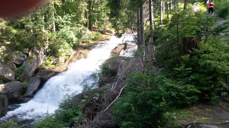 Stoupání po červené kolem vodopádu Černé Desné