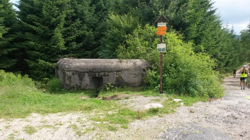 Za Jizerkou vede trasa přes linii opevnění.