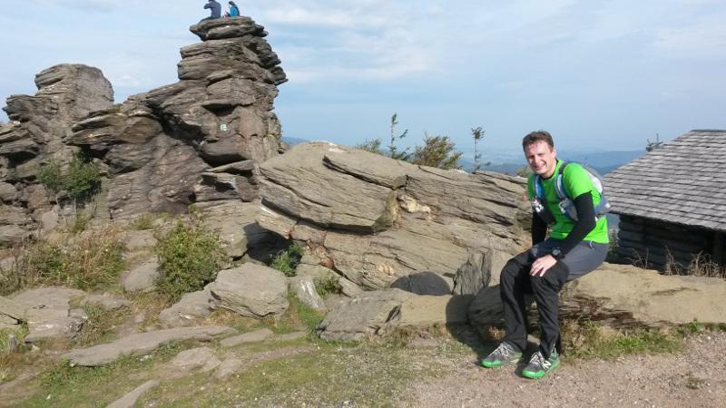 Mirek si ten kopec vysloveně užíval :o). Taky na Obřích skalách.