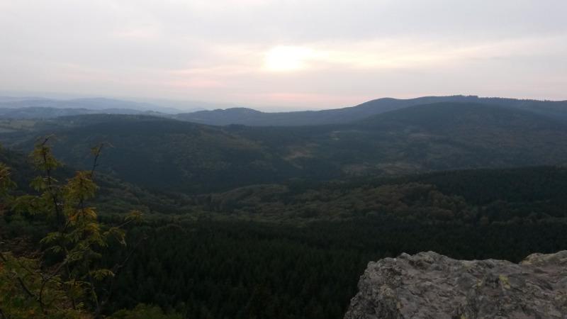 Třičtvrtě na šest a já shlížím z Rabštejnu na okolní lesy.