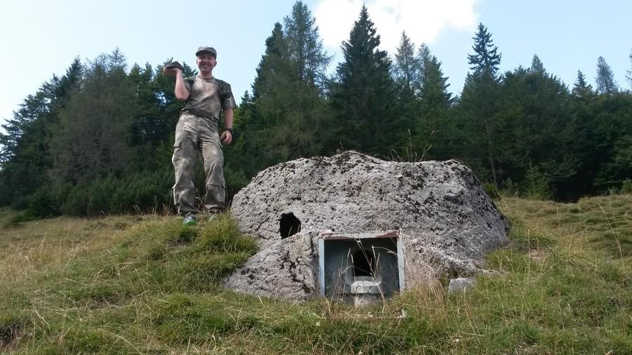U objektu M2 uzávěru Sella Somdogna Nového Alpského valu. V ruce mám dno italského dělostřeleckého granátu ráže 149mm z první světové války.