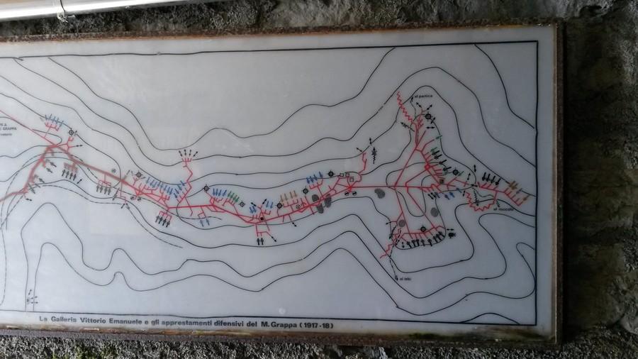 Větší část plánu podzemí Monte del Grappa vyfoceného ve vstupní poterně.
