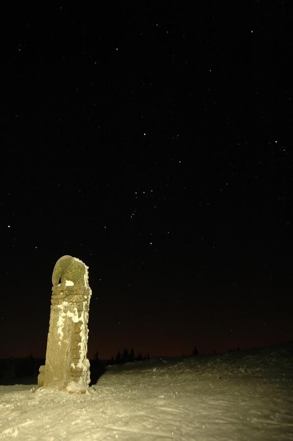 Slůně na Králickém Sněžníku. Vpravo nad ním Orion, vlevo nahoru u okraje fotky Sirius.