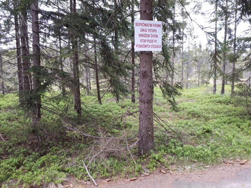 Nacházíme se v bývalém vojenském prostoru a na některé dopadové plochy je stále vstup zakázán kvůli nevybuchlé munici.