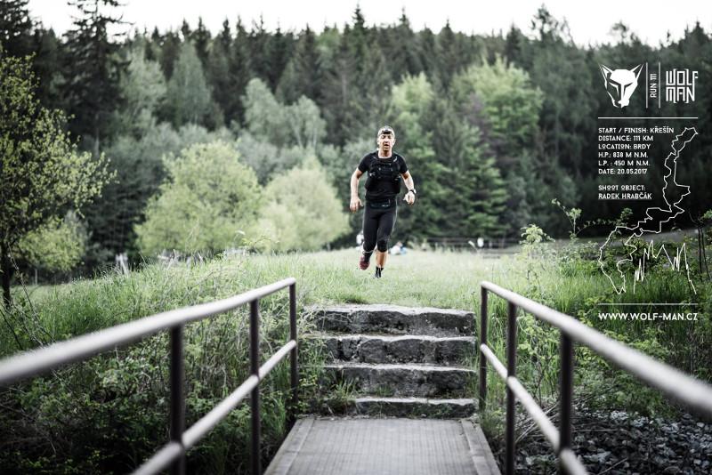 Hráz Valdeckého rybníku, necelých 6km v nohách, právě jsem odeslal první SMS. Foto Štěpán Stránský. http://flukeatelier.cz/
