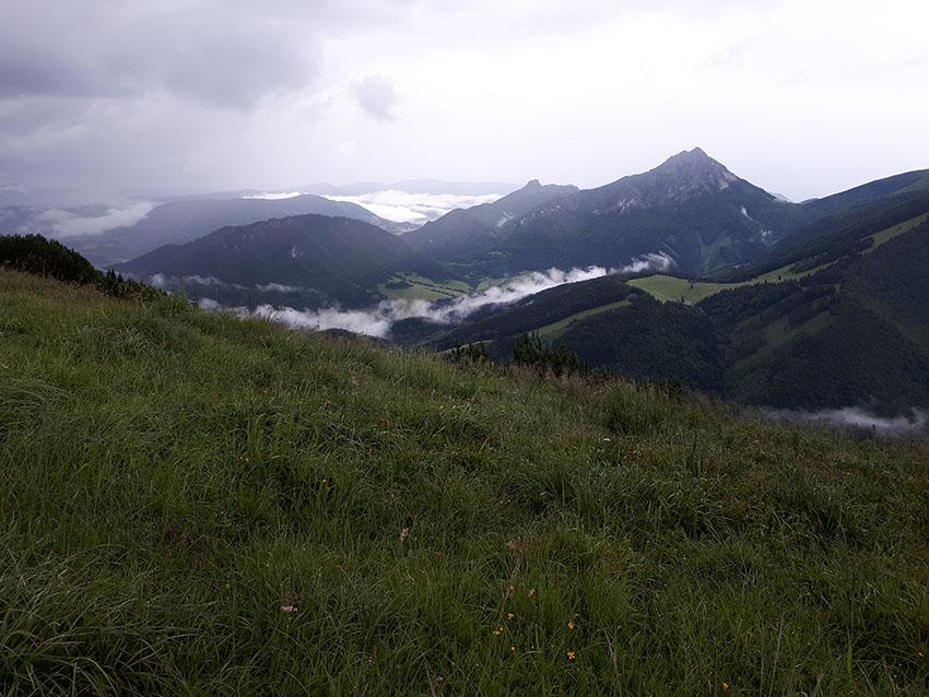 Pohled z Kraviarského přes dolinu na Rozsutce. Tam někam teď míříme.