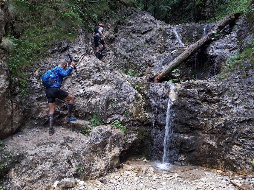 Po modré přes Horné Diery směr Velký Rozsutec. Popili jsme vodu z vodopádku a pak po řetězech nahoru.