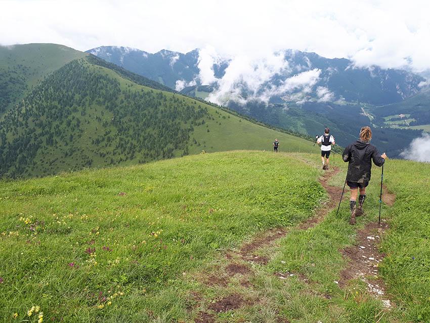 Pohled ze Stohu. Teď dolů, abychom mohli zase vystoupat na Poludňový Grúň (ten kopec vlevo).