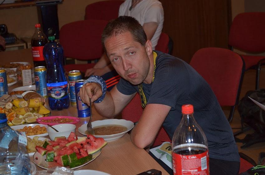 V cíli ve Fačkovském sedle s kusem žvance (čínská polívka, toho času lahoda pro můj žaludek). Fotila Eva Kovalčíková.