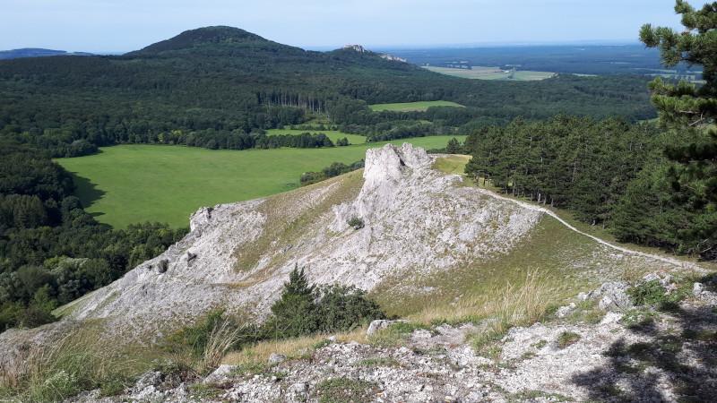 Pohled z trasy (Jelenia skala) na Plavecký hrad.