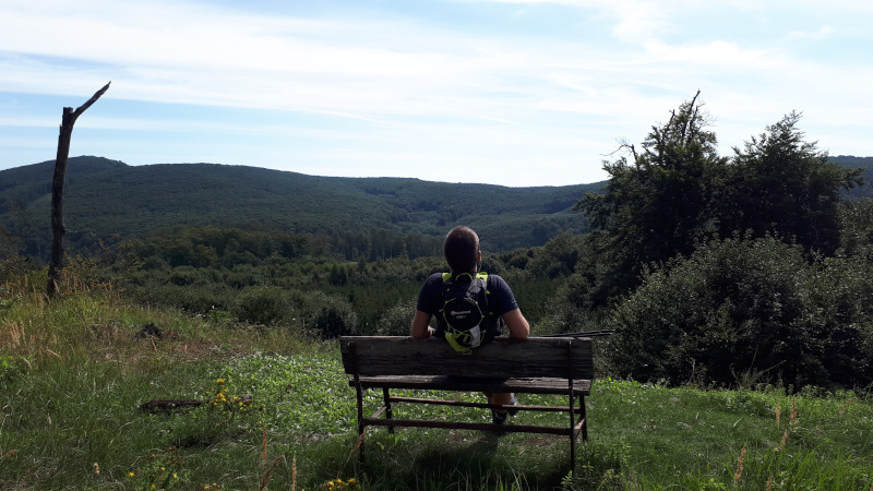 Ultra není jen o běhu. Pohodička na Javorinke (když už tam někdo dotáhl lavičku, tak si sednu, ni?).